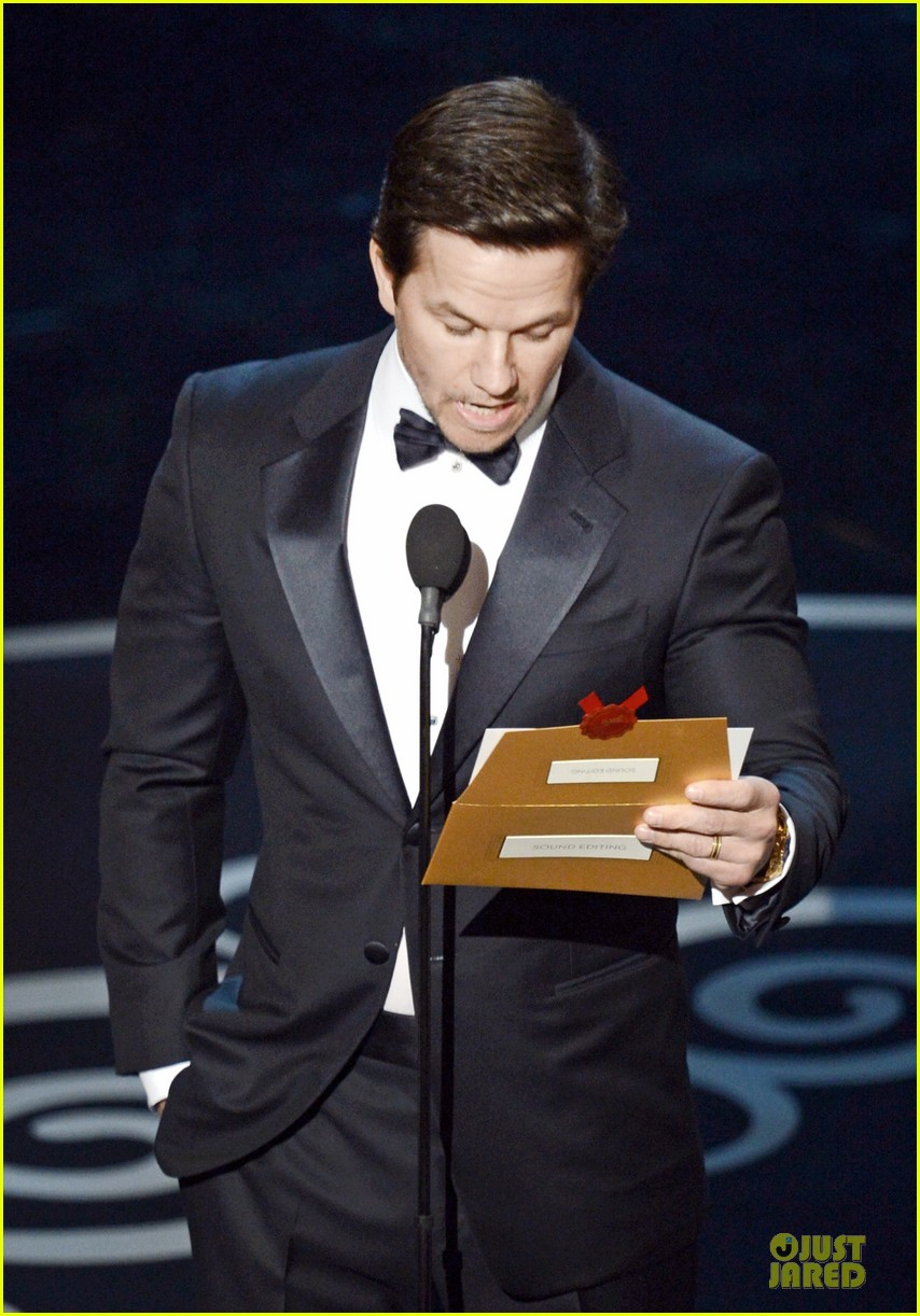 mark wahlberg oscars 2013 presenter 03