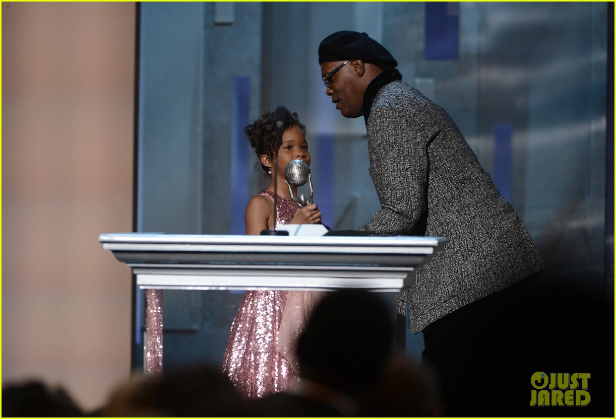 quvenzhane wallis accepts viola davis naacp award 16