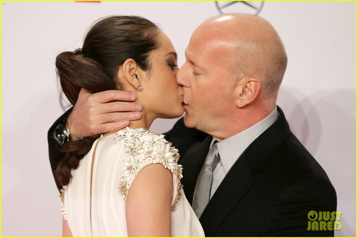 bruce willis emma heming die hard red carpet kiss 09