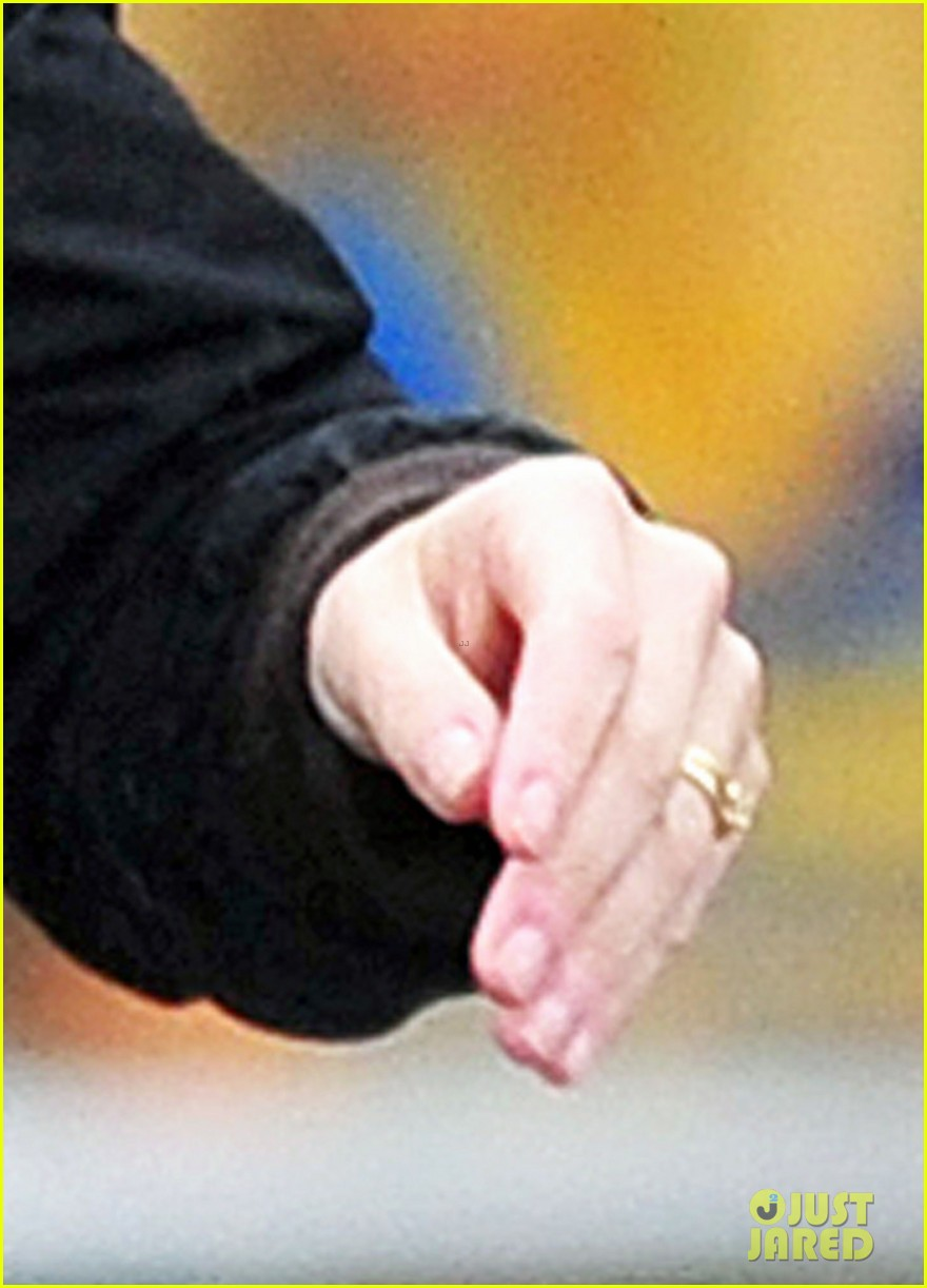 newlywed kate winslet wedding ring spotting 02