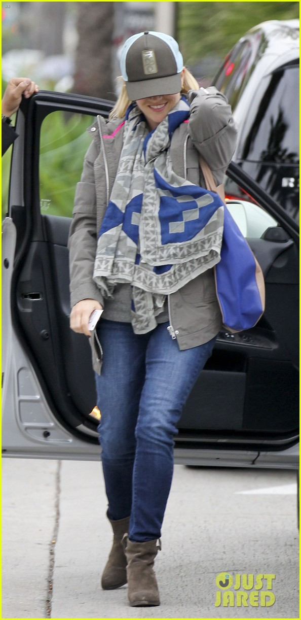 reese witherspoon shopping with ava 012803846
