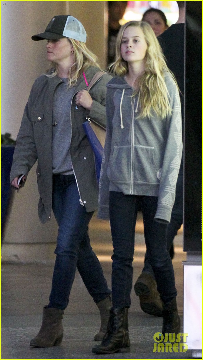 reese witherspoon shopping with ava 11