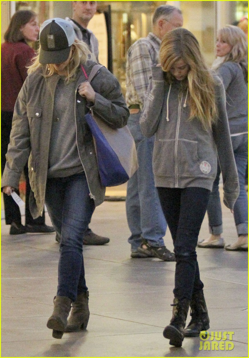 reese witherspoon shopping with ava 14