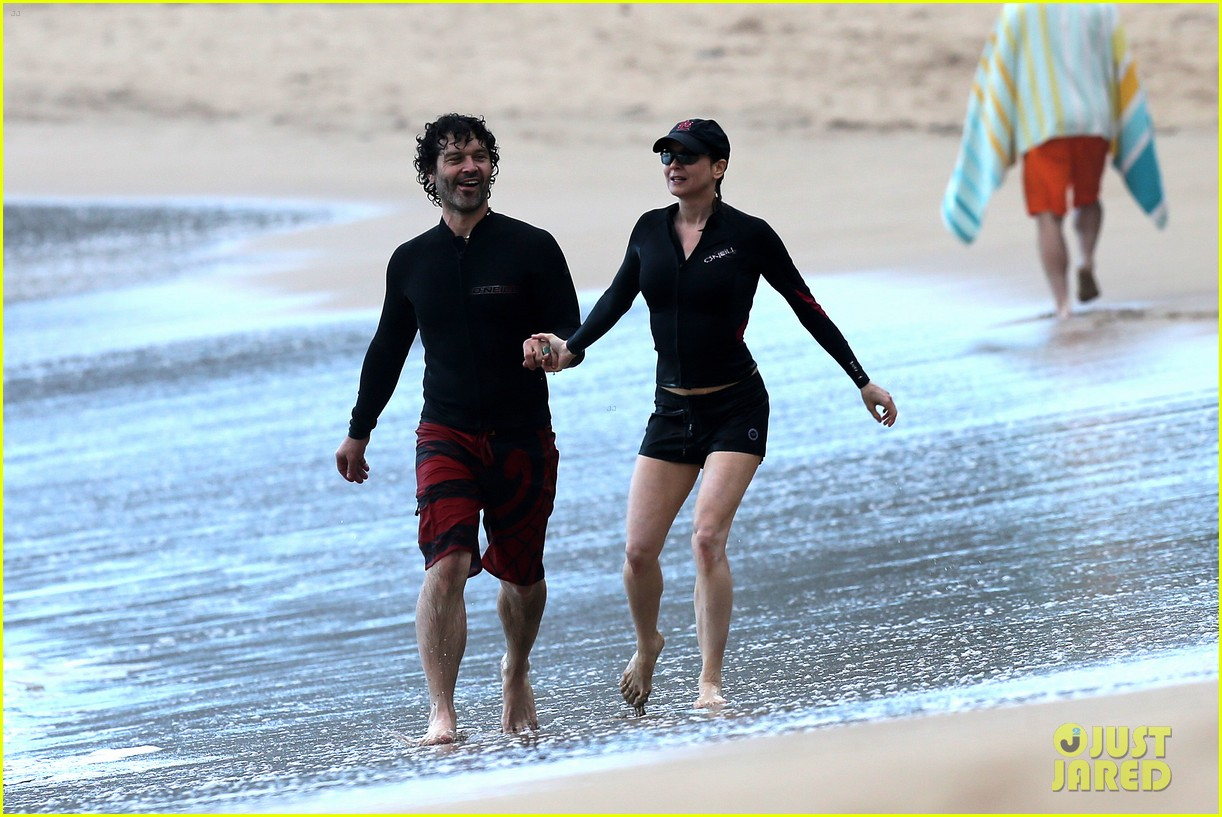 renee zellweger hawaii hand holding with doyle bramhall ii 242815702