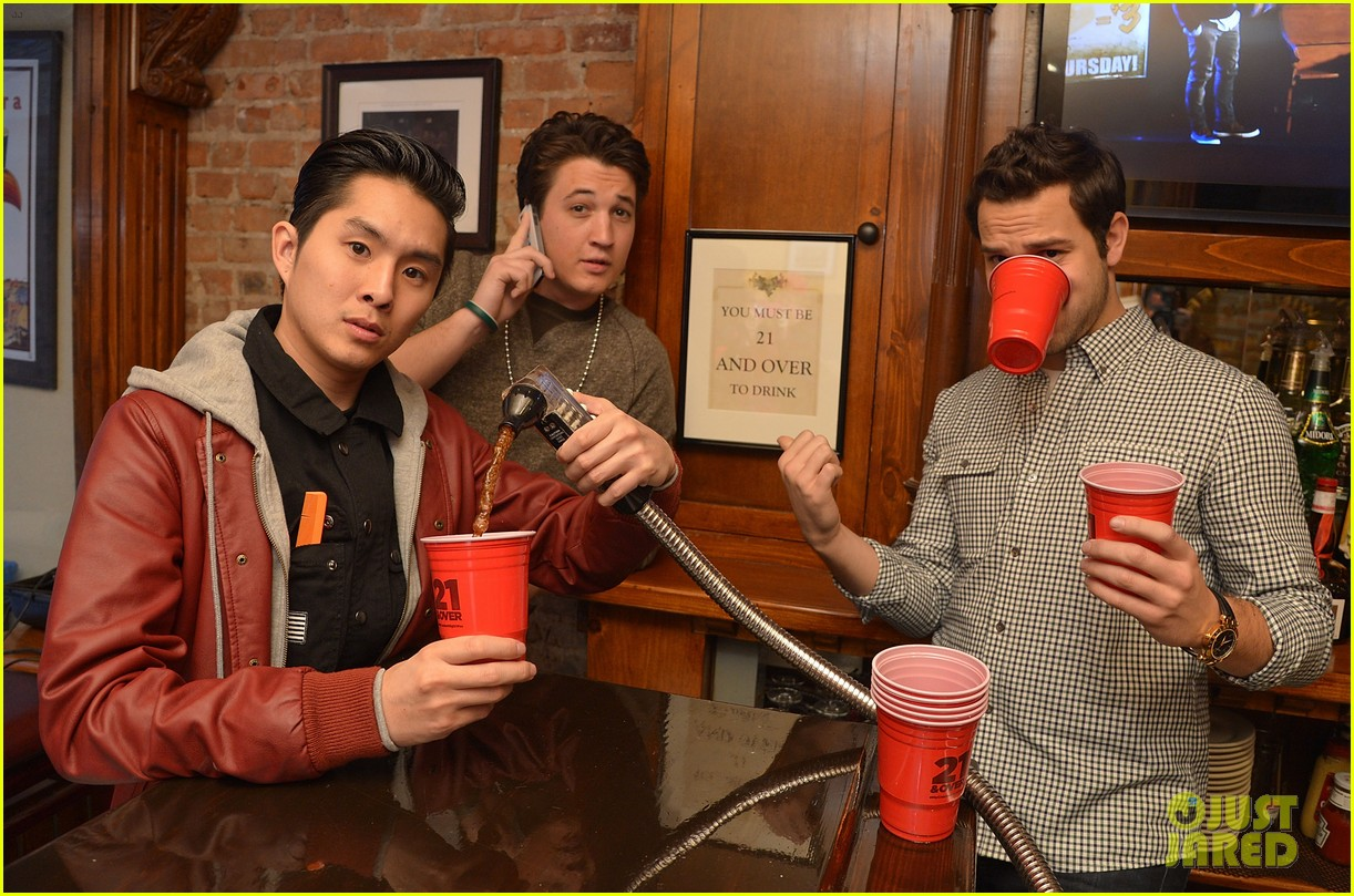 miles teller skylar astin com exclusive interview miles teller skylar astin com exclusive interview photo 2822988 21 over justin chon miles teller skylar astin pictures just jared