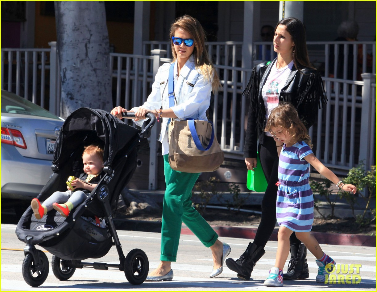 jessica alba le pain quotidien lunch with the kids 092840941