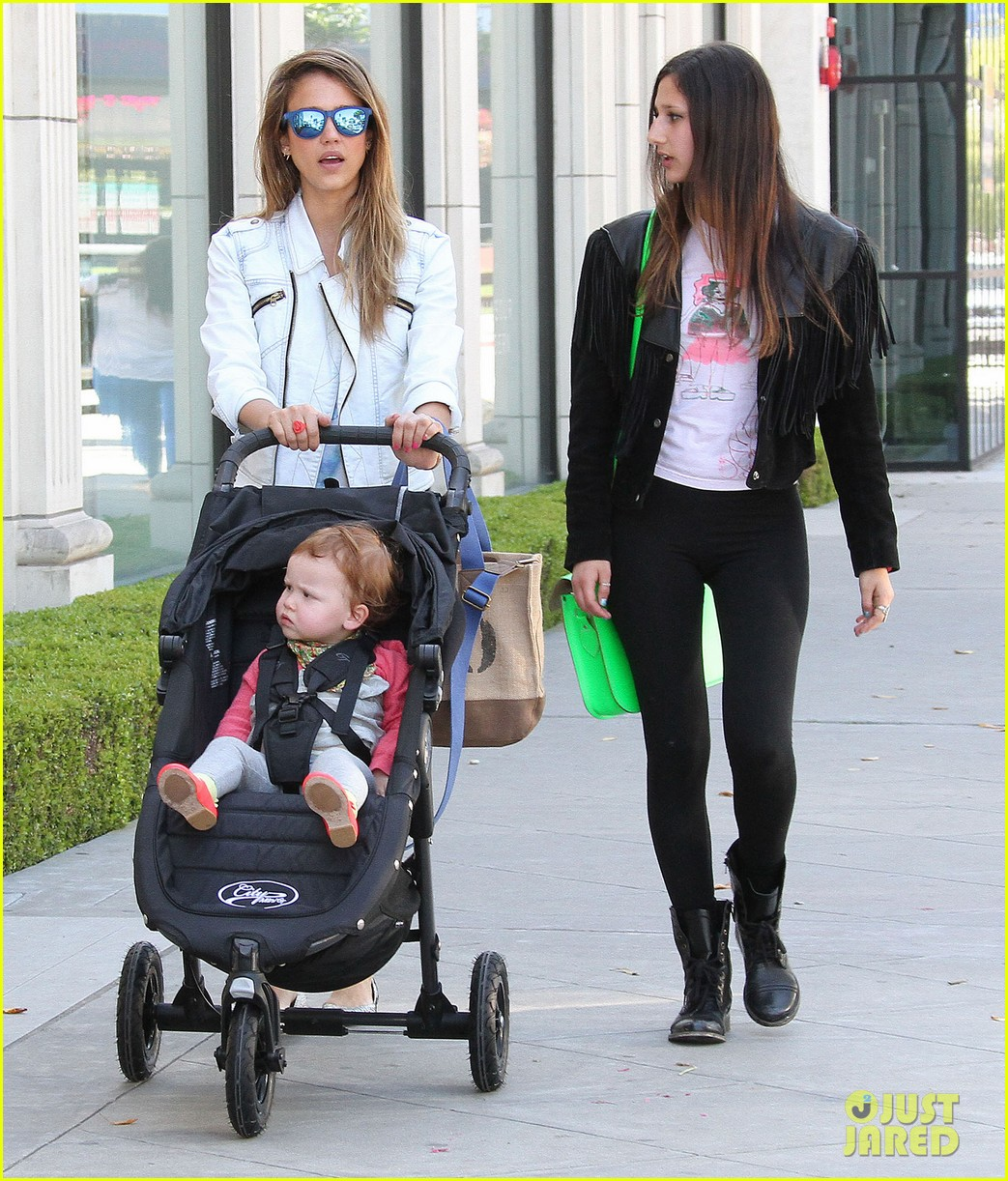 jessica alba le pain quotidien lunch with the kids 142840946