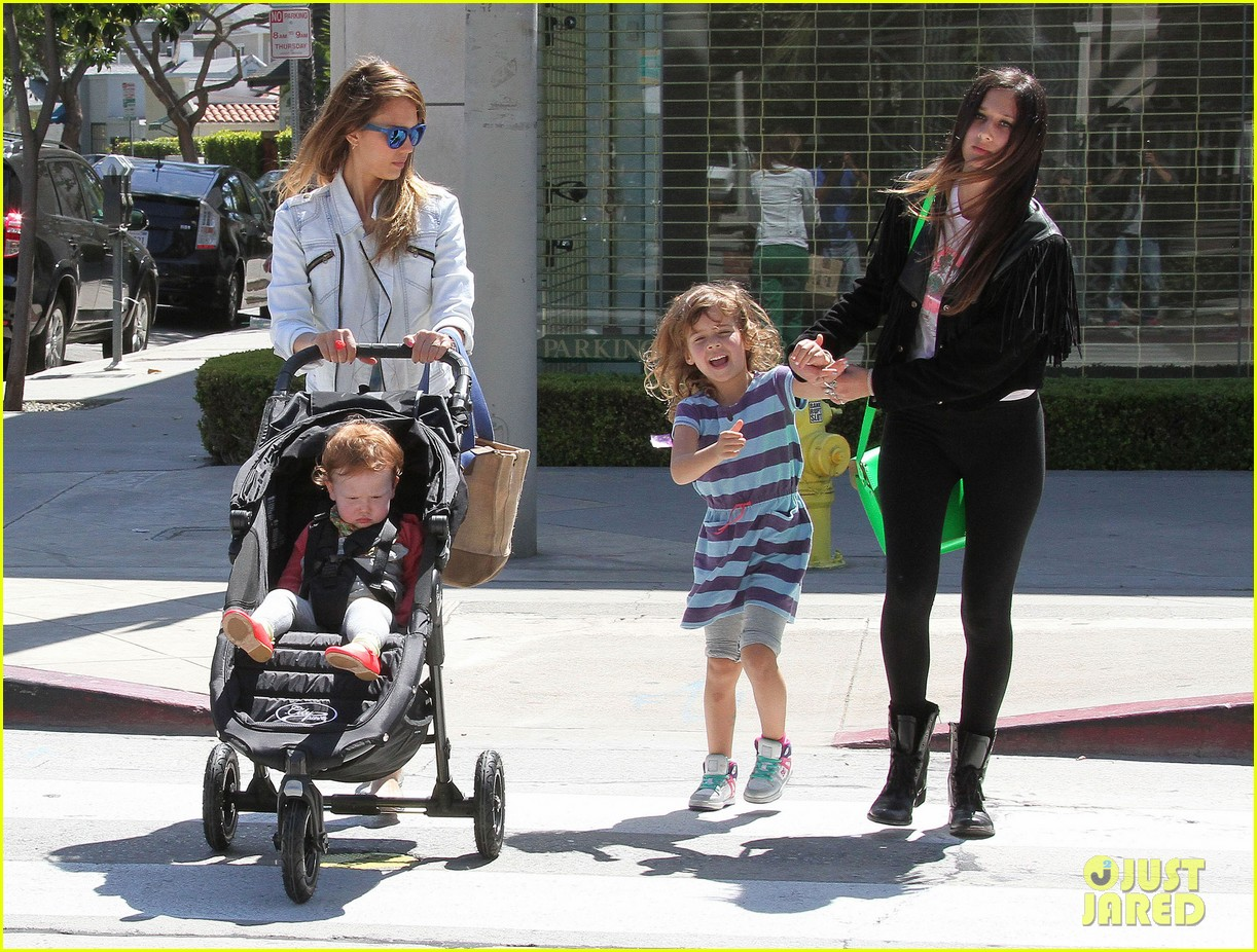 jessica alba le pain quotidien lunch with the kids 22