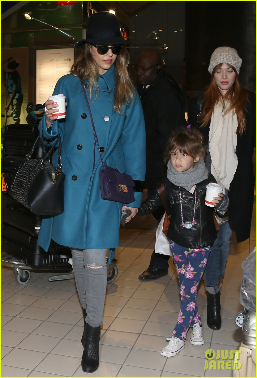 jessica alba paris arrival with honor 06