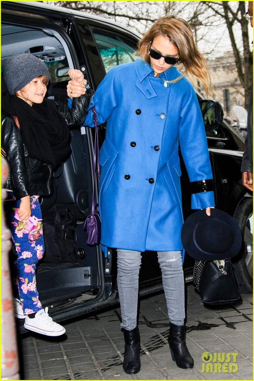 jessica alba paris arrival with honor 31