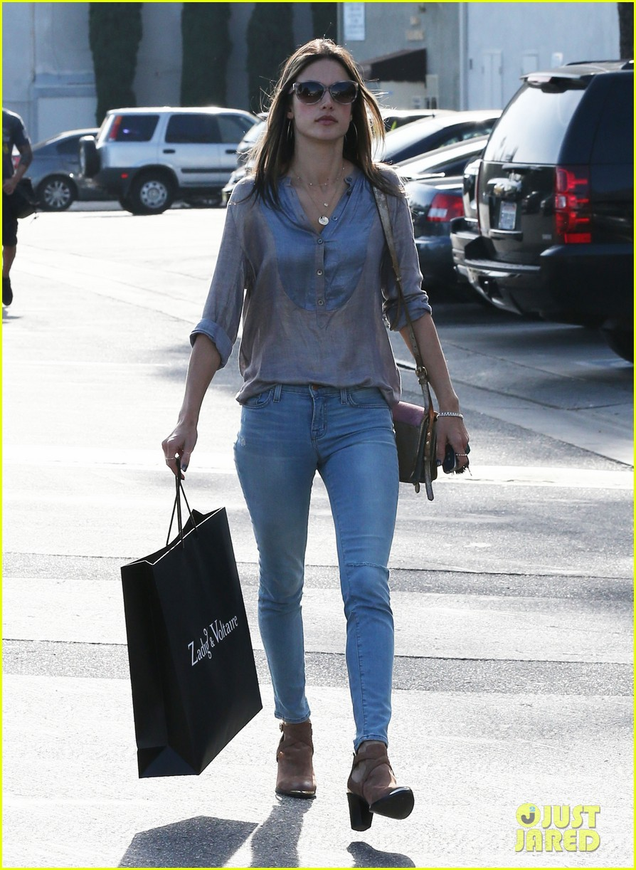 alessandra ambrosio coffee shopping stops 05