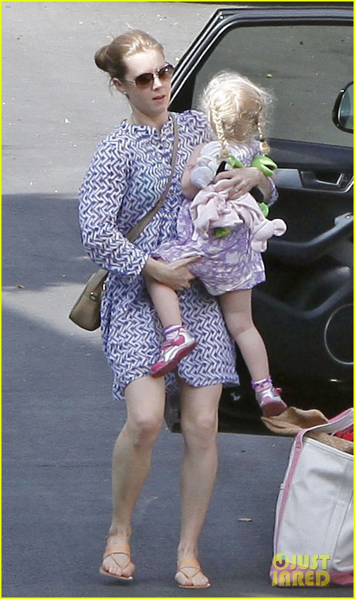 amy adams pool party with daughter aviana 06