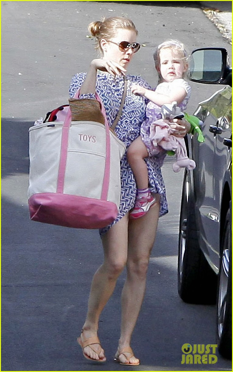 amy adams pool party with daughter aviana 07