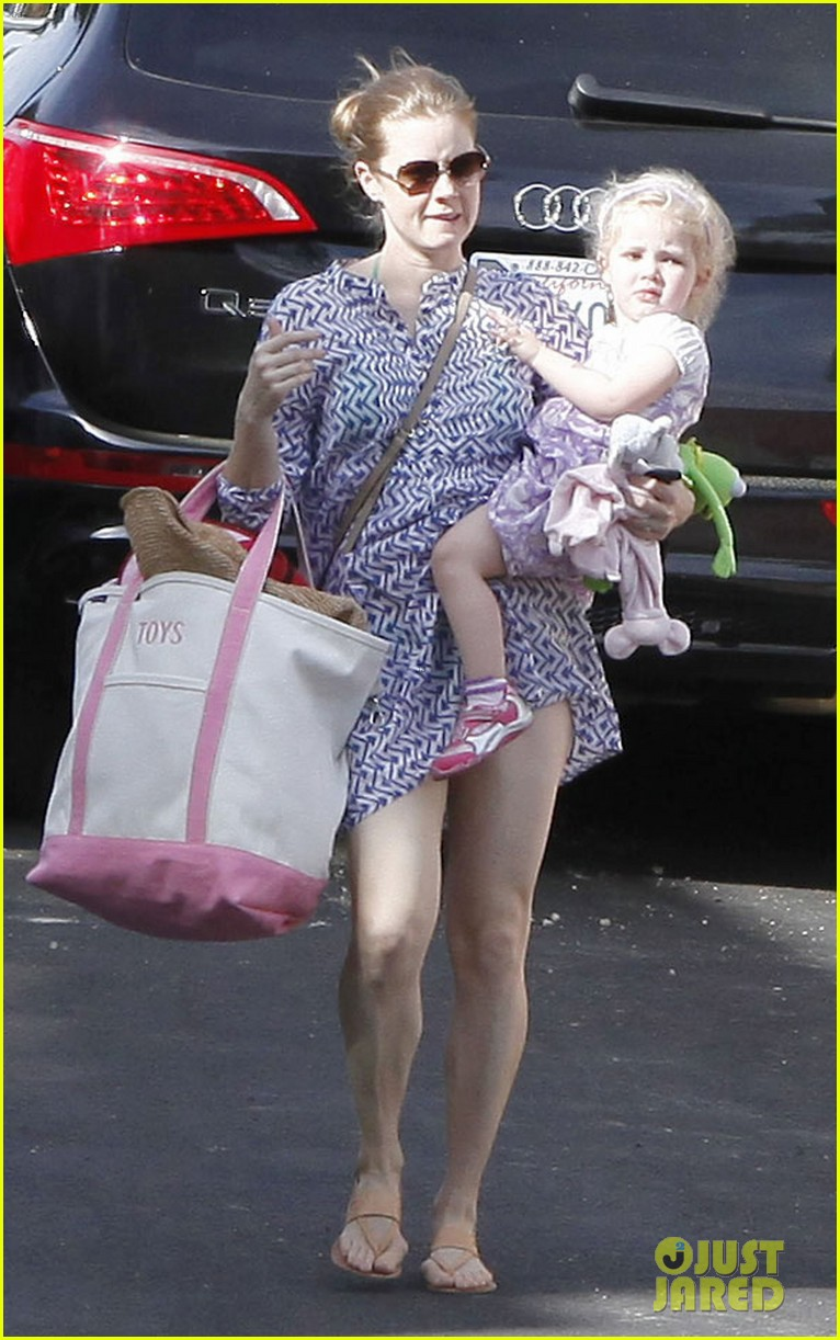 amy adams pool party with daughter aviana 09