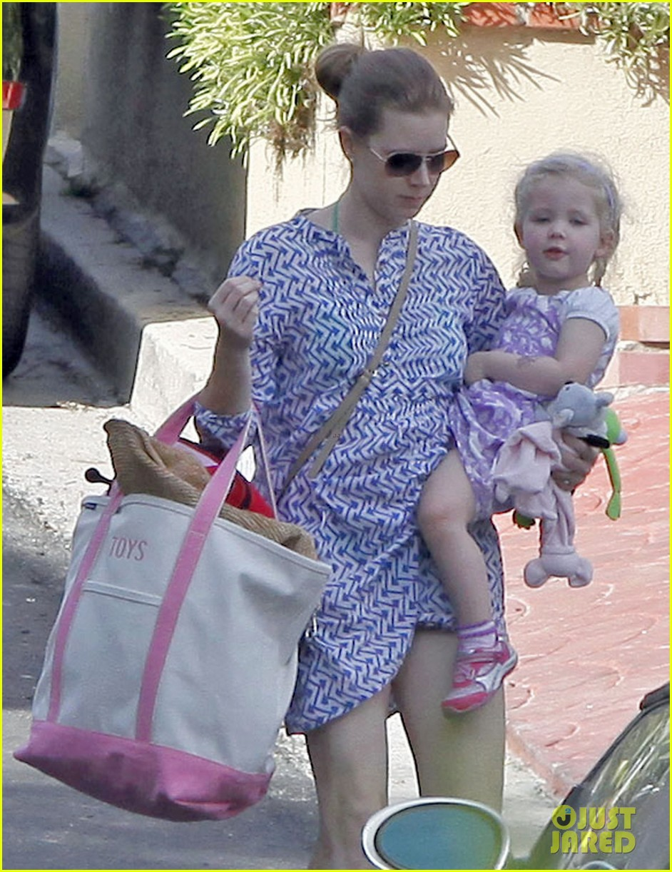 amy adams pool party with daughter aviana 16