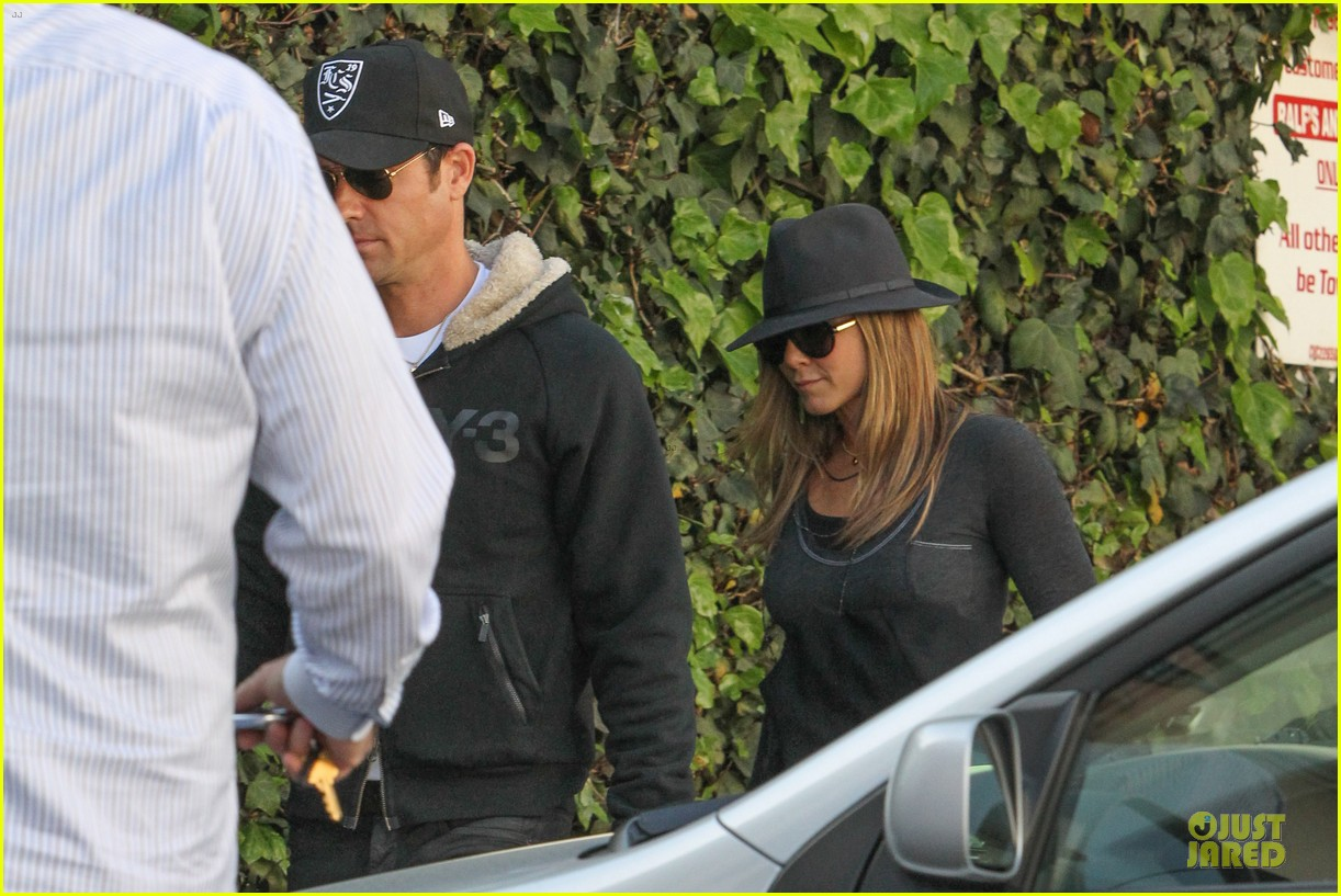 jennifer aniston justin theroux furniture shopping duo 102836207