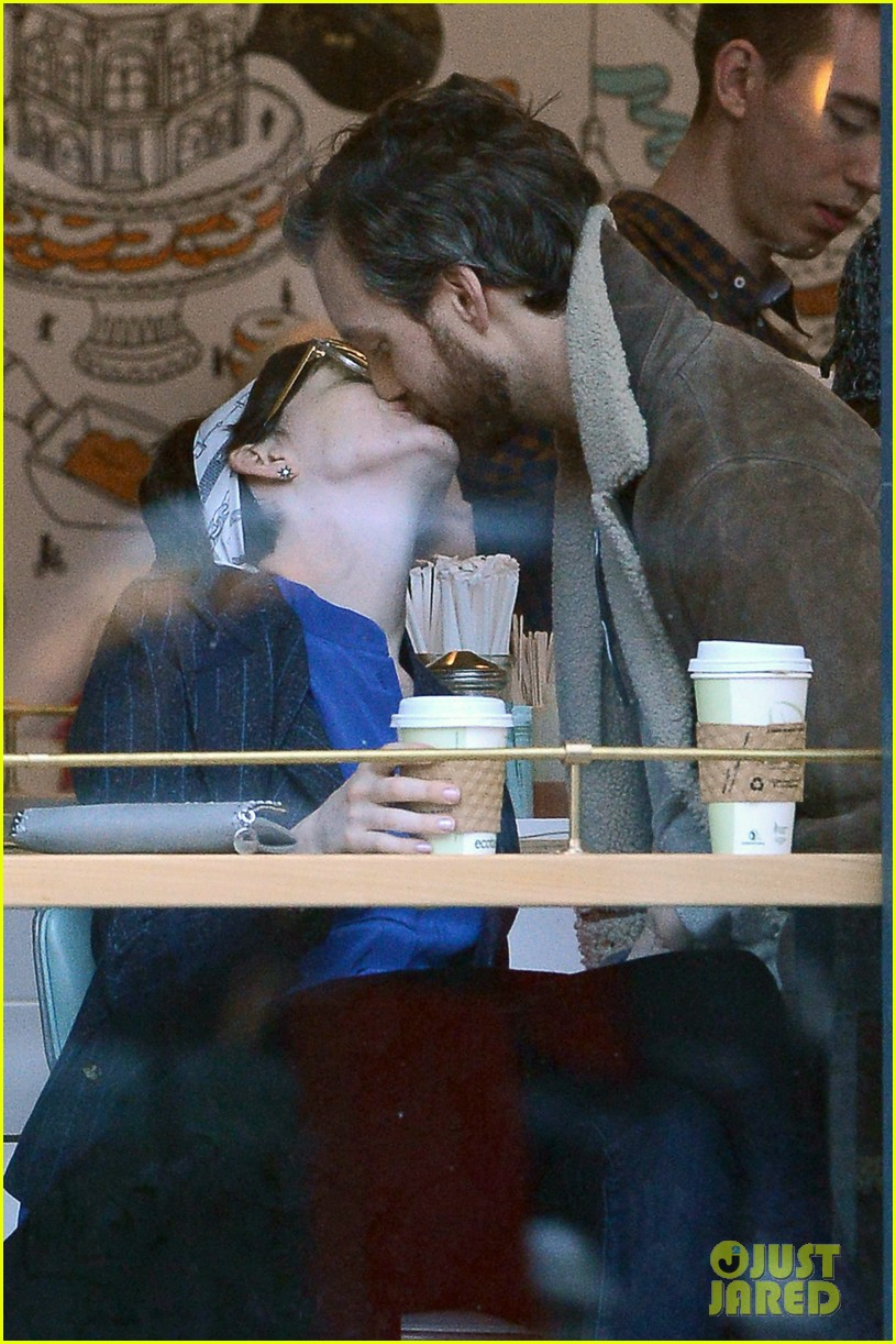anne hathaway adam shulman brooklyn kissing couple 01