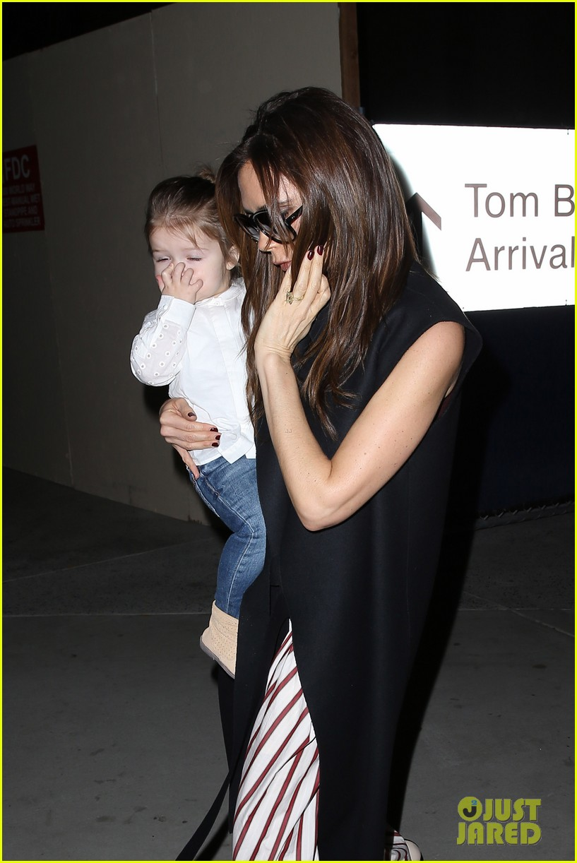 victoria beckham kids arrive in la david beckham practices in paris 042839779