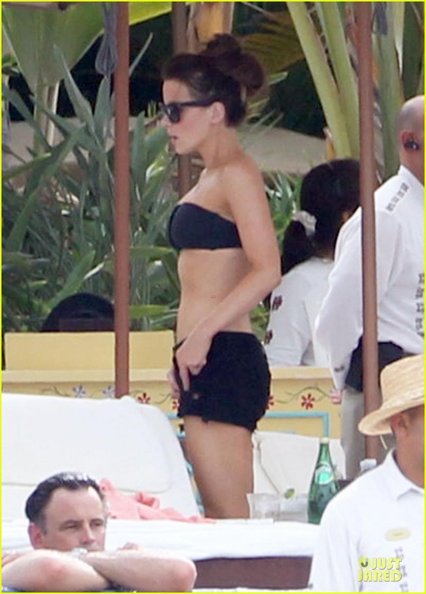 kate beckinsale black white bikini mama 01