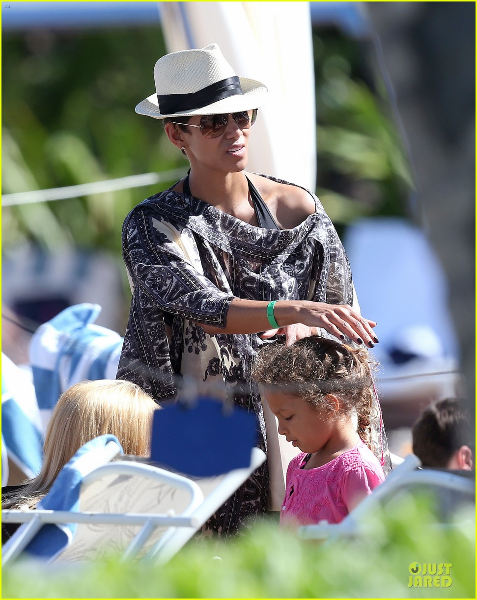 halle berry nahla henna tattooing mother daughter duo 102840048