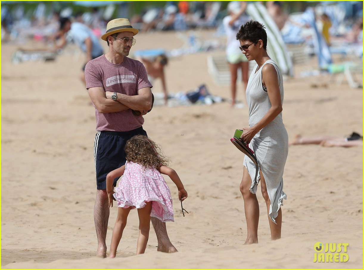 halle berry olivier martinez maui beach stroll with nahla 09