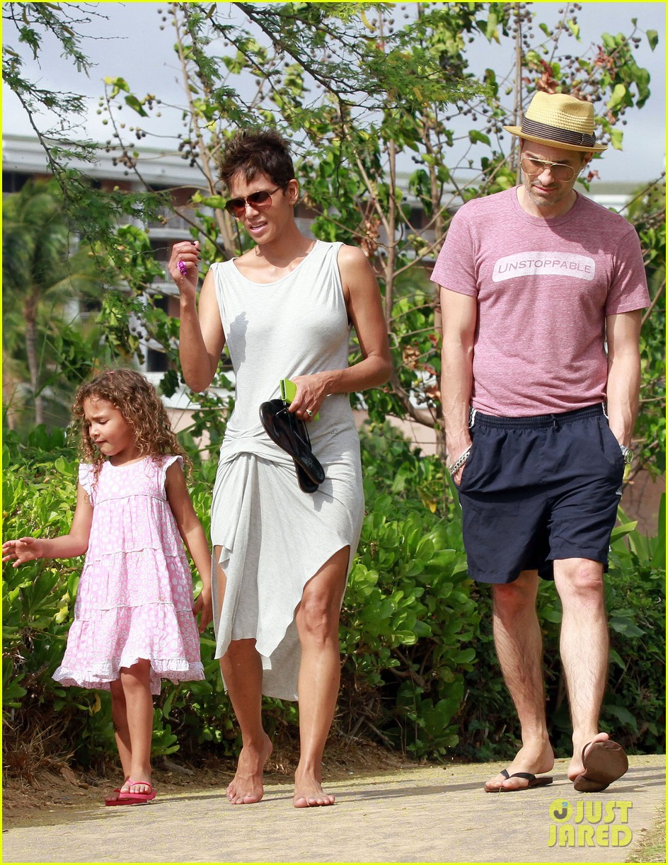 halle berry olivier martinez maui beach stroll with nahla 18