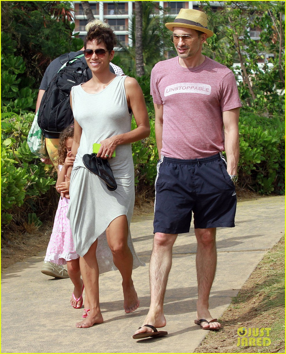 halle berry olivier martinez maui beach stroll with nahla 202839096