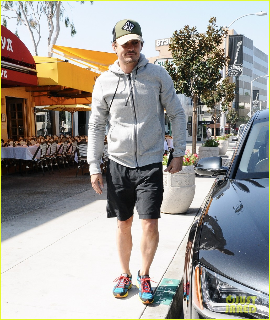 orlando bloom steps out after miranda kerrs car accident 01