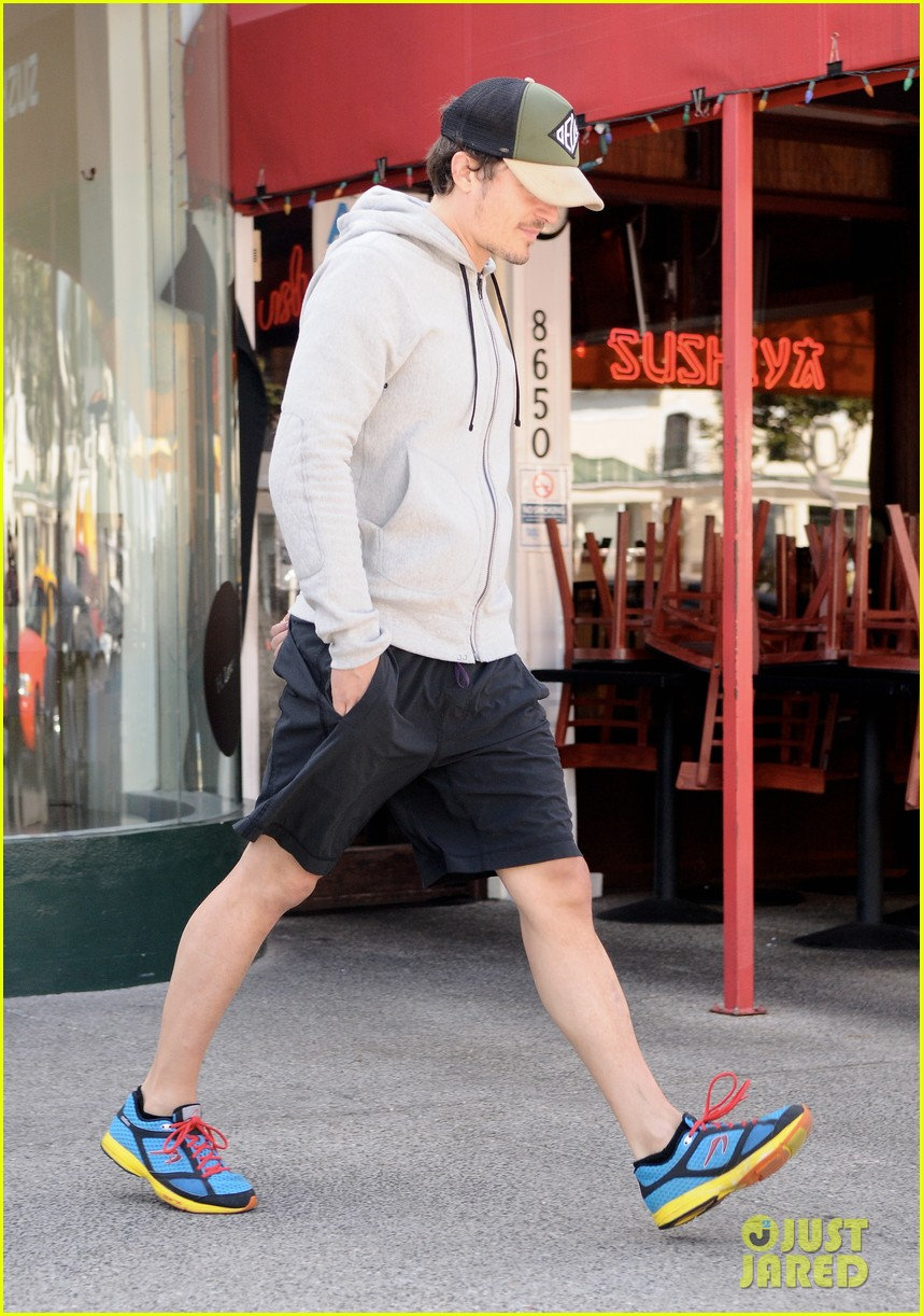 orlando bloom steps out after miranda kerrs car accident 02