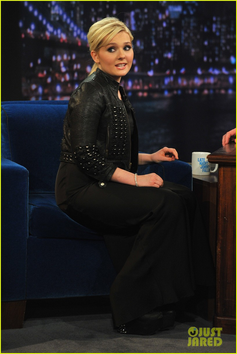 abigail breslin late night with jimmy fallon appearance 01