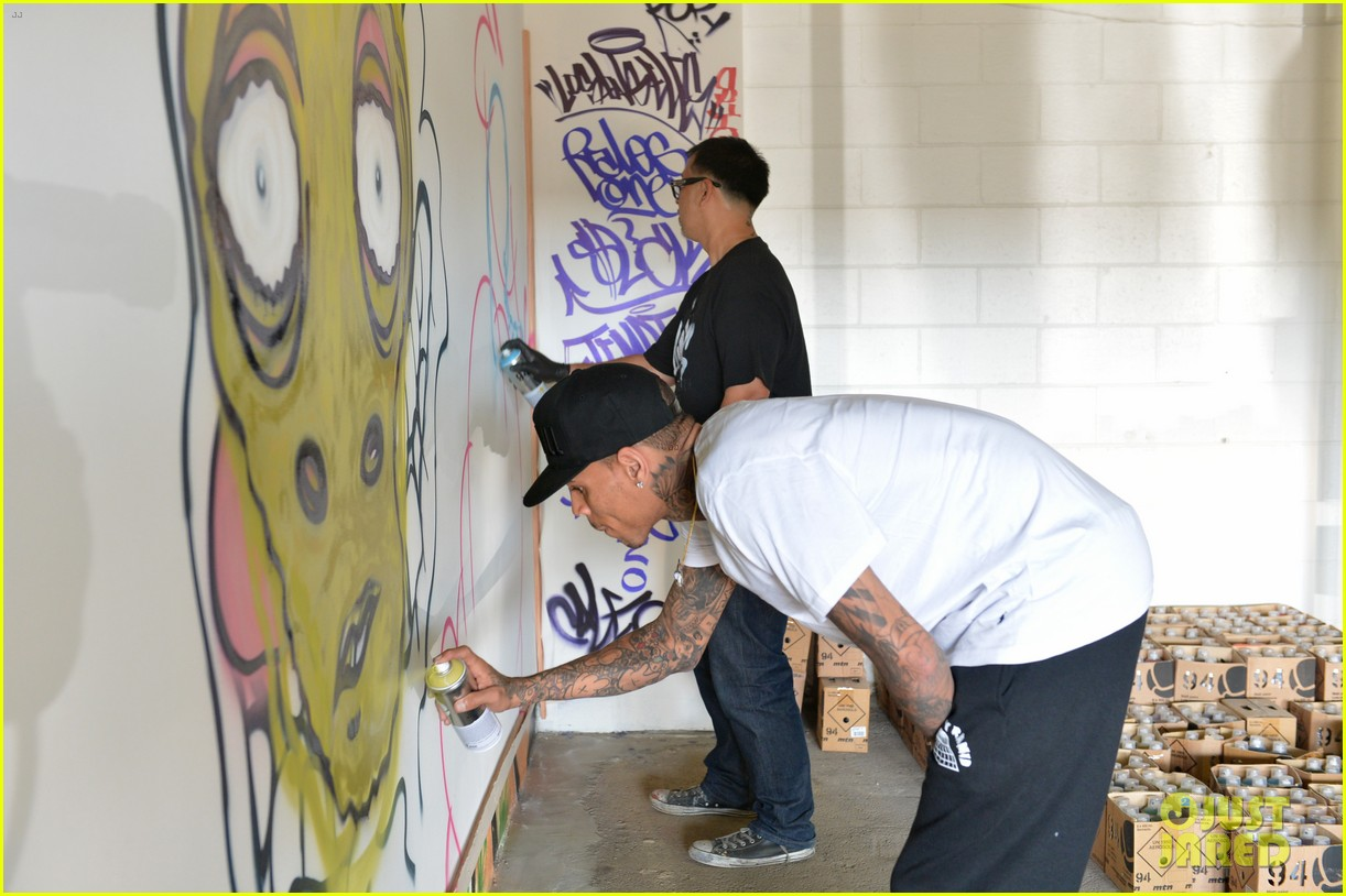 chris brown creates graffiti artwork for charity 07