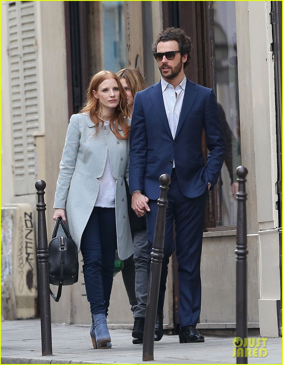 jessica chastain gian luca passi de preposulo hold hands in paris 09