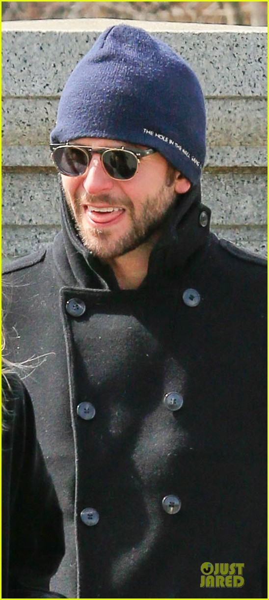 bradley cooper suki waterhouse boston common park stroll 05