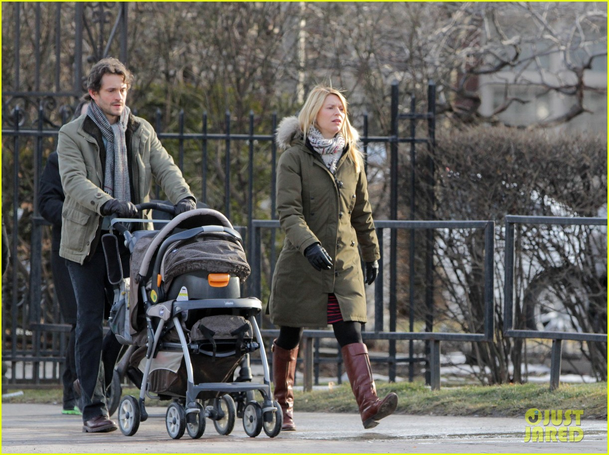 claire danes hugh dancy family day with baby cyrus 02