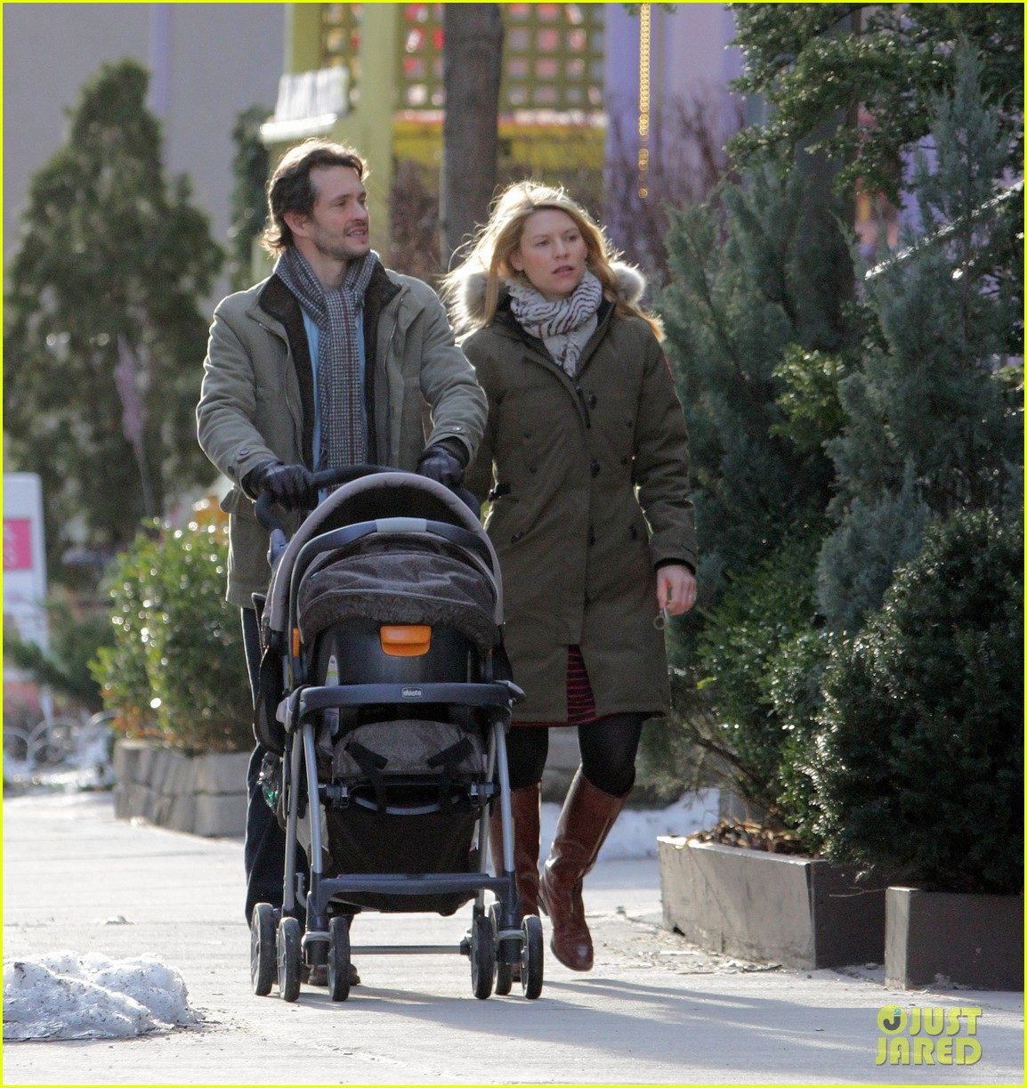 claire danes hugh dancy family day with baby cyrus 30