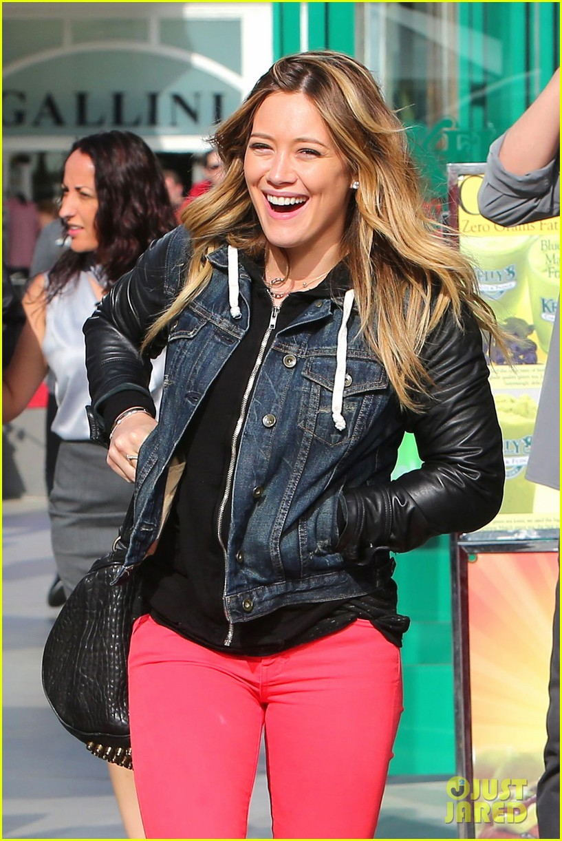 hilary duff shows off new heart tattoo 04