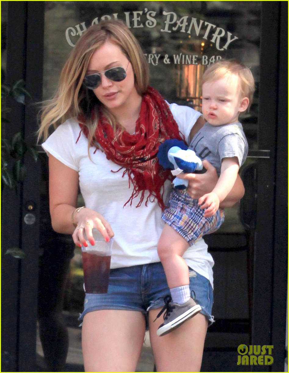 hilary duff mike comrie charlies pantry with baby luca 062837541
