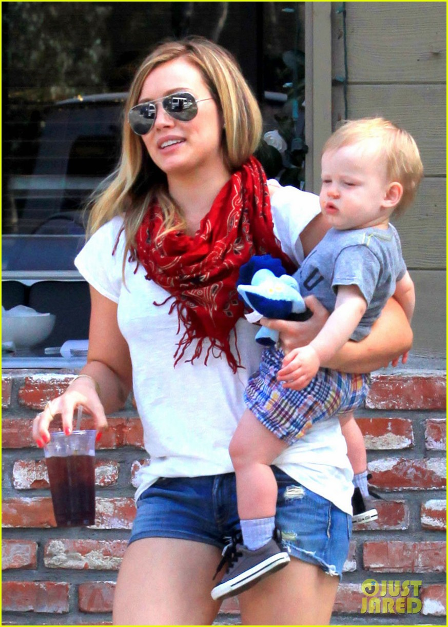 hilary duff mike comrie charlies pantry with baby luca 07