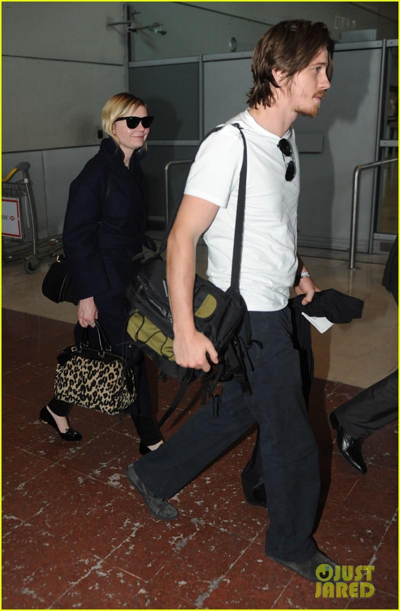 kirsten dunst garrett hedlund paris airport arrival 03