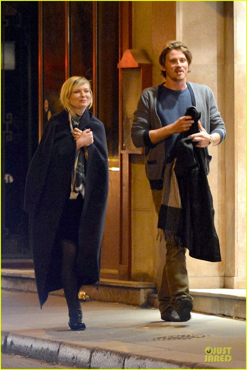 kirsten dunst garrett hedlund paris strolling couple 01