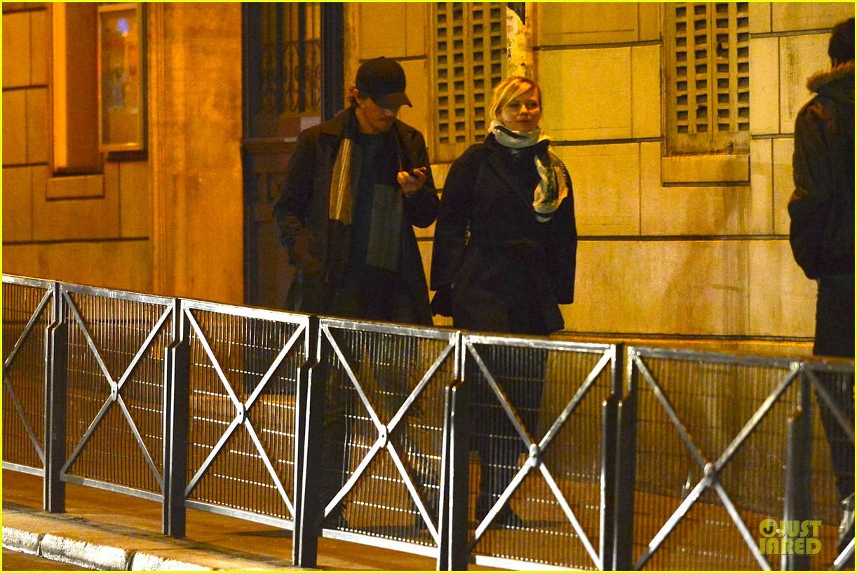 kirsten dunst garrett hedlund paris strolling couple 032825649
