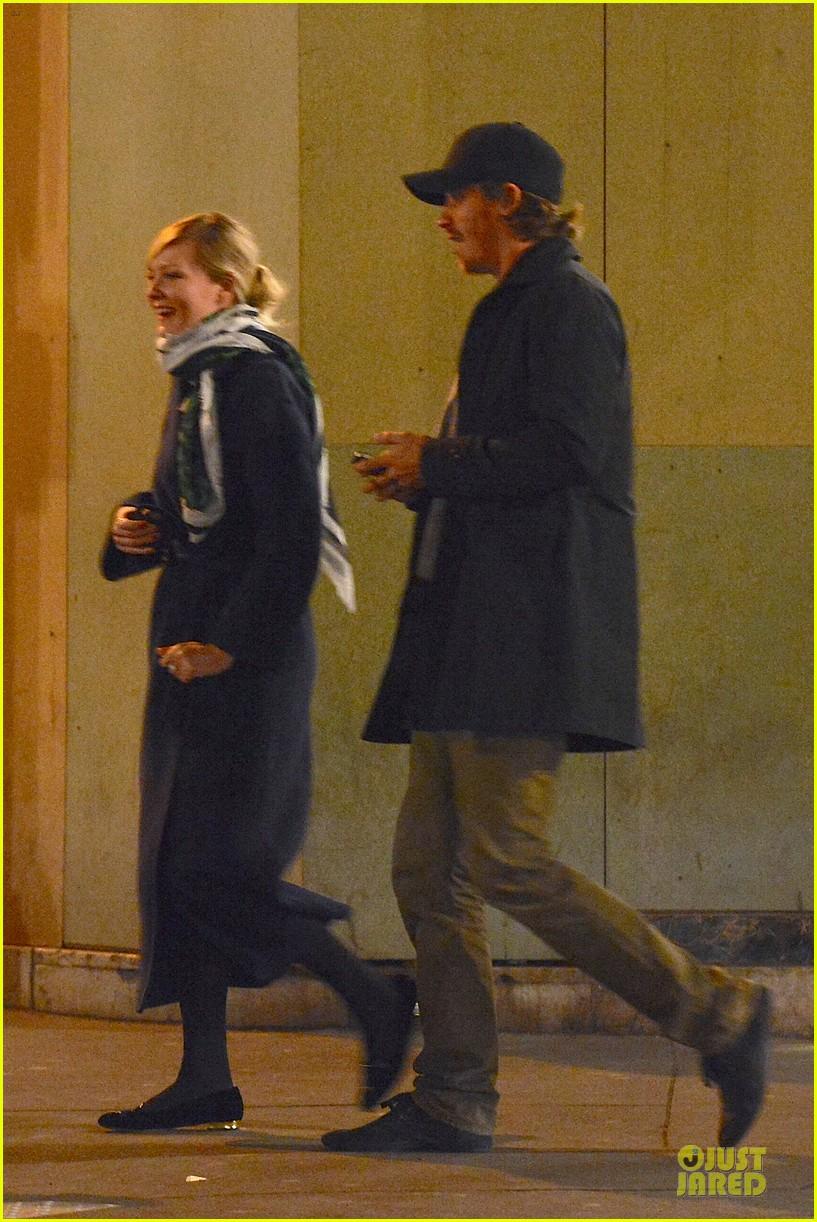 kirsten dunst garrett hedlund paris strolling couple 11