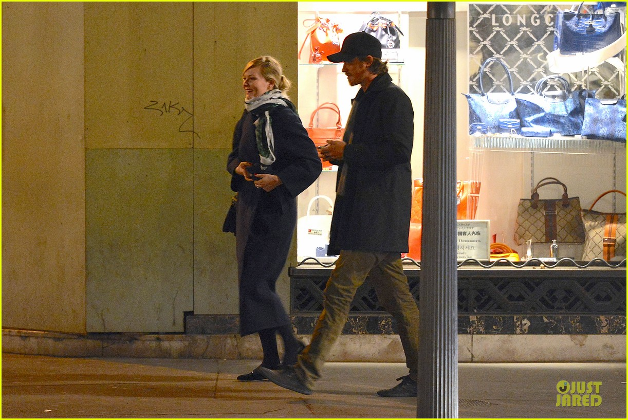 kirsten dunst garrett hedlund paris strolling couple 122825658