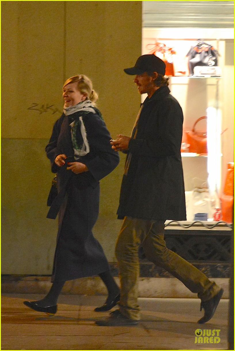 kirsten dunst garrett hedlund paris strolling couple 152825661