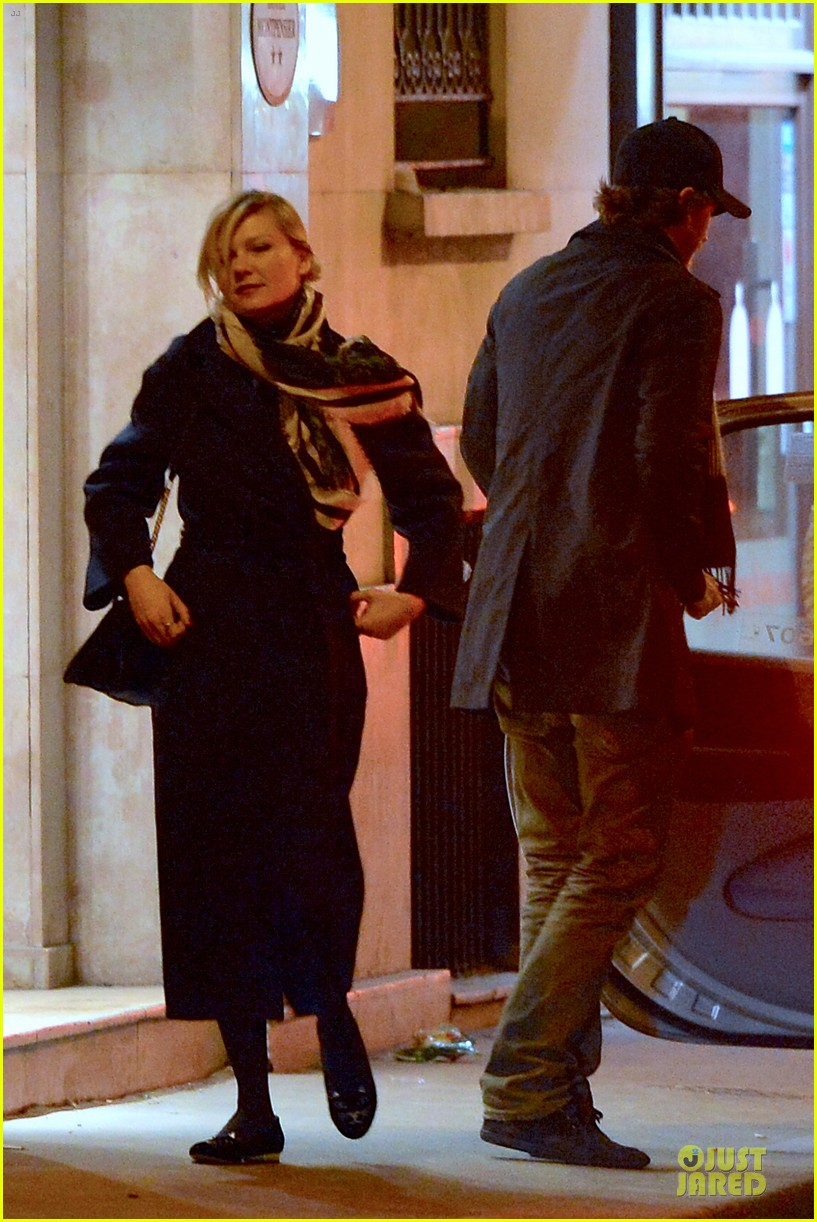 kirsten dunst garrett hedlund paris strolling couple 18
