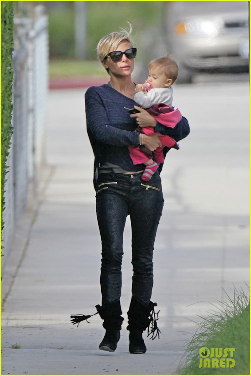 elsa pataky neighborhood stroll with baby india 07