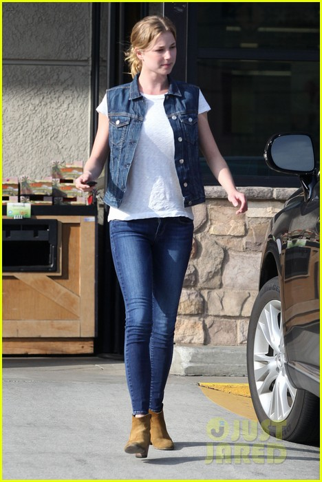 emily vancamp gelsons grocery shopper 01