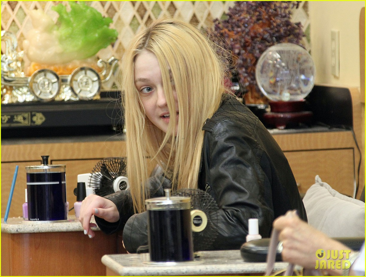 dakota fanning pedicure pampering 01