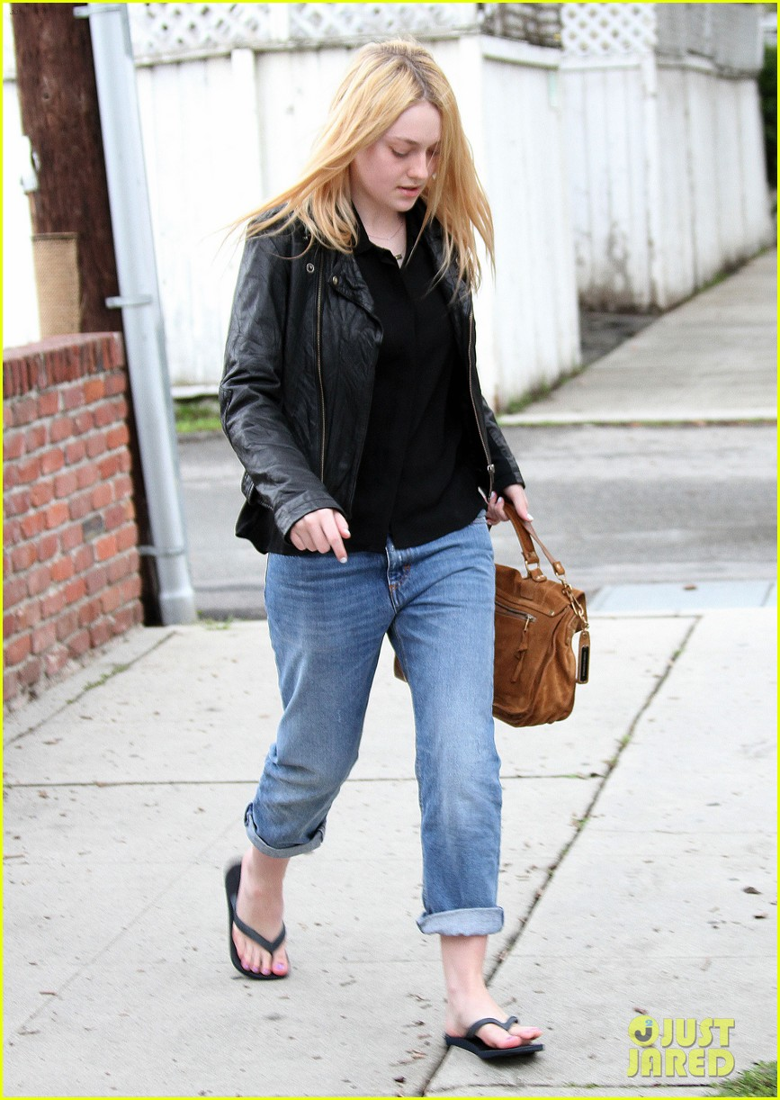 dakota fanning pedicure pampering 04