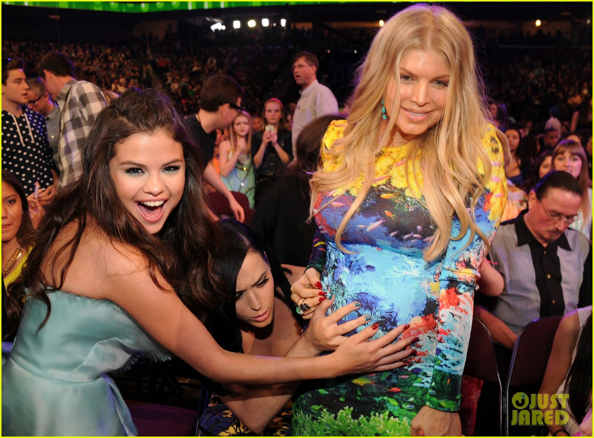 selena gomez katy perry hold fergie baby bump at kids choice awards 2013 03